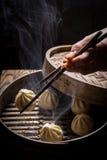 Varma kinesiska klimpar i träångare Arkivbild