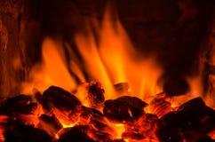 Varma kol i branden Arkivbild