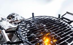 Varma kol i en BBQ utomhus i vinter royaltyfria bilder
