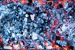 Varma kol med askaen i gallret arkivfoton