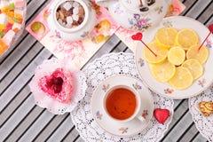 Varma kopp te och sötsaker Royaltyfria Bilder