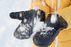 Varma lädertumvanten för kallt vinterväder arkivbild