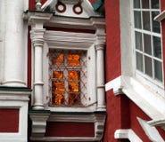 Varma ljusa fönster på en kall höstdag Royaltyfri Fotografi
