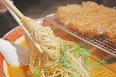 varma nudlar ramen att ånga för soup Royaltyfri Fotografi