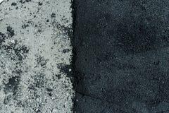 Varma nya och gamla asfaltlager på vägyttersida Royaltyfri Foto