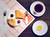 Varma pannkakor med fikonträd snackar på den wood tabellen Royaltyfri Foto