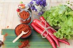 Varma peppar för kryddigt paprikapulver och ny chili Arkivbild