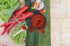 Varma peppar för kryddigt paprikapulver och ny chili Arkivbilder