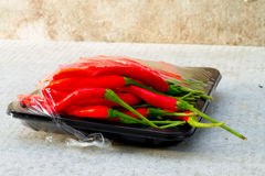 Varma röda chili- eller chilipeppar som är glödheta på golvbakgrund Royaltyfri Bild
