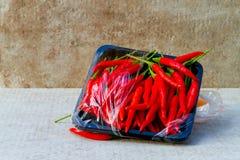 Varma röda chili- eller chilipeppar som är glödheta på golvbakgrund Royaltyfri Foto