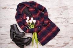 Varma rutiga lag, svarta skor, tulpan Trendigt begrepp, bästa sikt, träbakgrund Royaltyfria Bilder