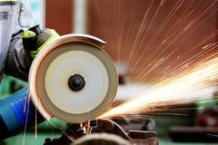 Varma sparks på material malande stål grinder Royaltyfri Bild