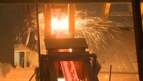 Varma ståltackor på transportör Gjuterirollbesättningprocess stock video