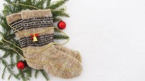 Varma stack sockor i vintern på snö Arkivfoto