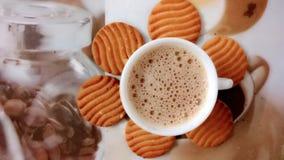 Varma te och kex Arkivfoto