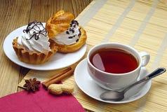 Varma tea och cakes Arkivfoto