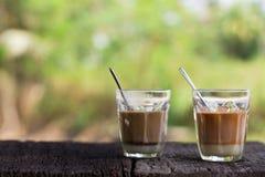 Varma thai mjölkar te, och drycken för gatan för det varma kakaohäftet woonden den lokala på tabellen Arkivfoton