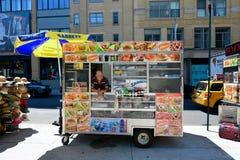 Varmkorv- eller matvagn i NYC arkivfoto