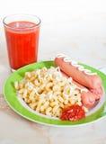 Varmkorvar med pasta- och tomatfruktsaft Royaltyfria Bilder