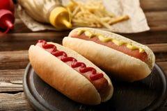 Varmkorvar med senap och ketchup arkivbild
