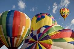 Varmluftsballonger som redan i höjden blåser upp med en annan ballong Royaltyfri Foto