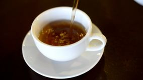 Varmt aromatiskt svart te arkivfilmer