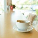 Varmt av kaffedrinken på trätabellstång Arkivbilder
