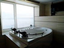 Varmt bada i hotellrummet Härlig sikt, avkoppling och avkoppling Foto till och med reflexionen av spegeln arkivfoto