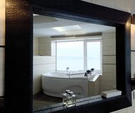 Varmt bada i hotellrummet Härlig sikt, avkoppling och avkoppling Foto till och med reflexionen av spegeln royaltyfri bild