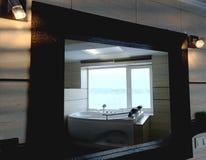 Varmt bada i hotellrummet Härlig sikt, avkoppling och avkoppling Foto till och med reflexionen av spegeln fotografering för bildbyråer