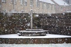 Varmt bada täckt av snö royaltyfri bild