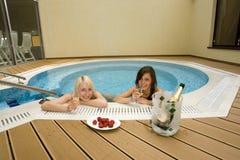 varmt bada två kvinnor Arkivfoto