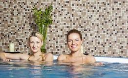 varmt bada två unga kvinnor Fotografering för Bildbyråer
