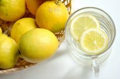 Varmt bevattna och citronen för morgonfrukost arkivfoton