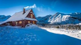 Varmt boende i en bergstuga i vinter Fotografering för Bildbyråer
