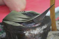 Varmt brinnande stål på ugnkol arkivbilder