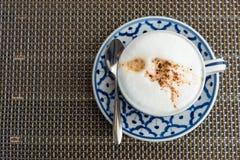 Varmt cappuccinokaffe i kopp p? tr?tabellen royaltyfria foton