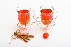 Varmt drinkbegrepp Funderat vin eller varm dryck i exponeringsglas med garnering och kanelbruna pinnar Exponeringsglas med funder Arkivbilder