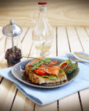 Varmt en salt laxsmörgås royaltyfri foto