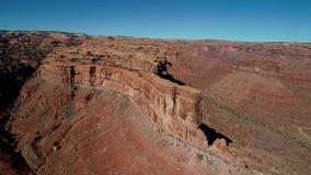 Varmt färgat rött vaggar fyller dalen av gudarna med färg i Utah stock video