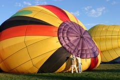 varmt förbereda sig för luftballongflyg Arkivbild