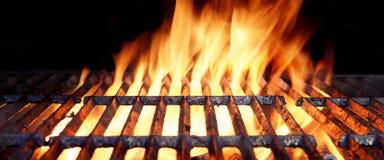 Varmt flammande BBQ-galler med ljusa flammor och glödande kol royaltyfria bilder