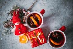 Varmt funderat vin för jul arkivfoton
