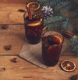 Varmt funderat vin för jul med den kanelbruna kardemumman och anis på wo royaltyfri foto