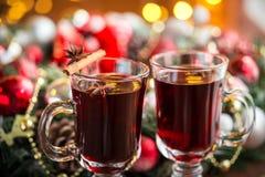 Varmt funderat vin för jul med kryddor på en trätabell Royaltyfri Bild