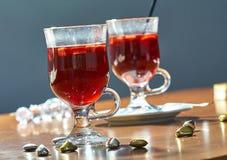 Varmt funderat vin i en glass kopp royaltyfri bild