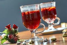 Varmt funderat vin i en glass kopp fotografering för bildbyråer