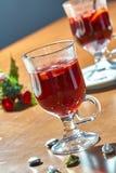 Varmt funderat vin i en glass kopp arkivbild