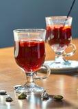 Varmt funderat vin i en glass kopp arkivbilder
