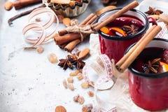 Varmt funderat vin i ett rött rånar för vinterferier Arkivfoto